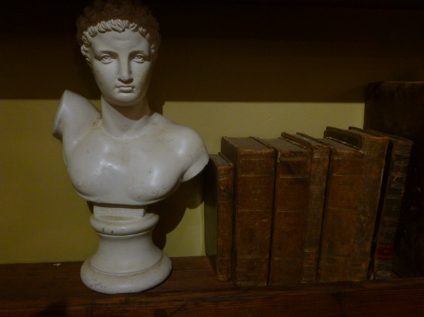 https://www.toonkamerwebshop.nl/wp-content/uploads/2017/01/toonkamer-antiek-art-deco-decoratie-oude-boeken-boekjes.jpg